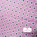 ผ้าคอตตอนไทย 100% 1/4 เมตร พื้นสีชมพูอ่อน ลายดอกไม้สีขาว