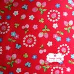 ผ้าคอตตอนไทย 100% 1/4 เมตร (50x55ซม.) พื้นสีแดง ลายสตอเบอร์รี่และดอกไม้