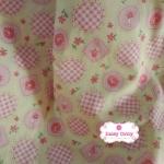 ผ้าคอตตอนไทย 100% 1/4 ม.(50x55ซม.) พื้นสีเหลืองอ่อน ลายสีชมพูหวาน