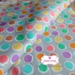 ผ้าคอตตอนไทย 100% 1/4 ม.(50x55ซม.) พื้นสีเทา ลายจุดหลากสี