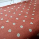 ผ้าคอตตอนลินิน 1/4ม.(50x55ซม.) พื้นสีส้มอิฐ ลายจุดสีขาว