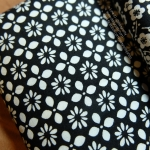 ผ้าคอตตอนไทย 100% 1/4 ม.(50x55ซม.) พื้นสี`ดำลายสีขาว