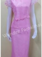 ชุดผ้าไหมญี่ปุ่น แต่งด้วยลูกไม้นอกและผ้าแก้ว คอหัวใจ แขนผ้าแก้ว สีชมพู เสื้อ+กระโปรงยาว เบอร์ M