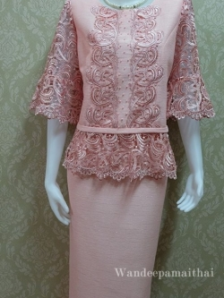 ชุดผ้าไหมญี่ปุ่น แต่งด้วยลูกไม้นอกสอดดิ้น ปักมุข แขนสามส่วน เสื้อ+กระโปรงยาว เบอร์ 44 สีชมพู
