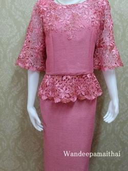 ชุดผ้าไหมญี่ปุ่นอัดผ้ากาวทั้งตัว แต่งด้วยลูกไม้นอกสอดิ้น เสื้อ+กระโปรงยาว สีชมพู