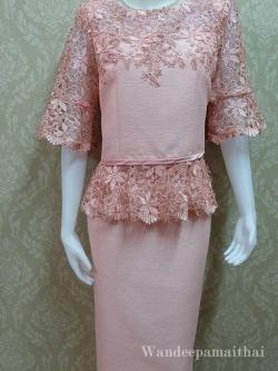 ชุดผ้าไหมญี่ปุ่นอัดผ้ากาวทั้งตัว แต่งด้วยลูกไม้นอกสอดิ้น เสื้อ+กระโปรงยาว สีชมพู เบอร 42