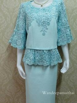 ชุดผ้าไหมญี่ปุ่น อัดผ้ากาวทั้งตัว แต่งด้วยลูกไม้นอกสอดดิ้น ปักมุข แขนสามส่วน เสื้อ+กระโปรงยาว เบอร์ 46 สีฟ้า