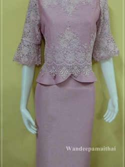 ชุดผ้าไหมญี่ปุ่น แต่งด้วยลูกไม้นอกสอดดิ้นเงิน ปักมุข แขนสามส่วน เสื้อ+กระโปรงยาว สีม่วงหวาน เบอร 36