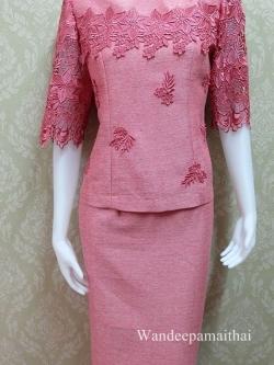 ชุดผ้าไหมญี่ปุ่นอัดผ้ากาวทั้งตัว แต่งด้วยลูกไม้คอตตอน ด้านหน้าและด้านหลัง แขนสามส่วน เสื้อ+กระโปรงยาว สีชมพูอมแดง เบอร 40