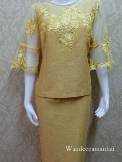 ชุดผ้าไหมญี่ปุ่น แต่งด้วยลูกไม้นอก ด้านหน้าและด้านหลัง แขนสามส่วน เสื้อ+กระโปรงยาว เบอร์ 44 สีเหลืองไพร (รอบอกวัดเต็ม 43 นิ้วครึ่ง)