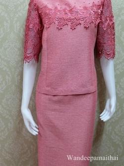 ชุดผ้าไหมญี่ปุ่นอัดผ้ากาวทั้งตัว ปักมุขรอบคอ แต่งด้วยลูกไม้คอตตอน ด้านหน้าและด้านหลัง แขนสามส่วน เสื้อ+กระโปรงยาว สีชมพูอมแดง เบอร 42