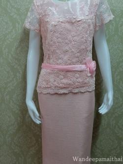 ชุดผ้าไหมญี่ปุ่น แต่งด้วยลูกไม้ฝรั่งเศส แต่งดอกไม้คาดเอว สีชมพู เสื้อ+กระโปรงยาว เบอร์ 40