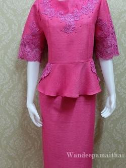 ชุดผ้าไหมญี่ปุ่น อัดผ้ากาวทั้งตัว แต่งด้วยลูกไม้นอกสอดดิ้น ปักมุข แขนสามส่วน เสื้อ+กระโปรงยาว เบอร์ 46 สีชมพูบานเย็น