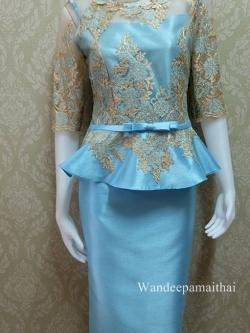 ชุดผ้าไหมอิตาลี อัดผ้ากาวทั้งตัว แต่งด้วยลูกไม้นอกทั้งด้านหน้าและด้านหลัง แขนสามส่วน เสื้อ+กระโปรงยาว สีฟ้าวันแม่2