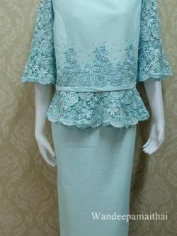 ชุดผ้าไหมญี่ปุ่น แต่งด้วยลูกไม้นอกสอดดิ้น ปักมุขรอบคอ แขนสามส่วน เสื้อ+กระโปรงยาว เบอร์ 44 สีฟ้า