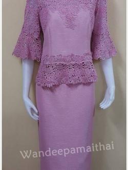 ชุดผ้าไหมญี่ปุ่นแต่งด้วยลูกไม้นอกสอดดิ้น ทั้งด้านหน้าและด้านหลัง เสื้อ+กระโปรงยาว สีกลีบบัว เบอร 40