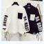 เสื้อกันหนาวแฟชั่น สีทูโทน ตัดกับลายสกรีนแบบเด่น สะดุดตา thumbnail 1