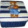 กล่องเก็บของ กล่องของขวัญ ผักตบชวาทรงจตุรัส แบบฝาครอบ ลายน้องหมีในชุดเอี้ยมสีน้ำเงิน