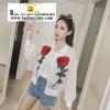 เสื้อคลุม แจ็คแก็ตผ้าร่มซิปหน้าปักดอกกุหลาบแดงที่หน้าอกซ้ายขวา มี 2 สีคือ ขาวและดำค่ะ