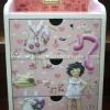 ตู้เครื่องแป้ง ลิ้นชัก 3 ชั้น ทำลายนูน 3D Paperdoll แต่งตัวตุ๊กตา สาวน้อยหัวหยิกในชุดเฟอร์ โทนสีชมพู