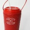 แก้วเก็บความเย็น สะดวกสบายด้วยหูหิ้ว ลาย Chanel บนพื้นแดง เก็บความเย็นได้กว่า 5 ชั่วโมง