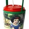แก้วเก็บความเย็น สะดวกสบายด้วยหูหิ้ว ลาย สโนว์ไวท์ กับคนแคระทั้ง 7 บนพื้นเขียว เก็บความเย็นได้กว่า 5 ชั่วโมง