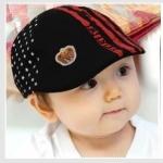 หมวกเด็กสีดำ ลายเส้นสีแดง ด้านหลังลายดาว