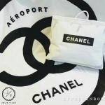Chanel Airline Blanket 2017 ผ้าห่มสีขาวขนนิ่ม ลาย chanel Airline ค่ะ โลโก้ cc อยู่กลางผืน มาพร้อมกระเป๋าหิ้วสีขาว ริมผ้าห่มล้อมรอบด้วยเครื่องบิน ขนนิ่มสุดๆ ไม่หลุดง่ายนะคะ ที่มุมล่างมีรูปหน้ายิ้มวงกลมค่ะ ซื้อฝากเป็นของขวัญได้นะคะ