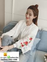 เสื้อคลุม แจ็คแก็ตกันแดด กันลม ผ้าร่มซิปหน้าสีขาว ปักลายดอกกุหลาบสีแดงที่แขนทั้ง 2 ข้าง มี 2 สีคือ ขาวและเหลืองค่ะ