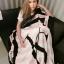 Victoria Secret Blanket ผ้าห่มสำหรับสาวหวาน เน้นสีขาวตัดกับสีมชมพูเป็นทางขวาง ตรงกลางมีอักษรสีดำ VS ไขว้กันอยู่ รอบนอกตีกรอบสีดำ และเสริมอีกกรอบด้วยสีชมพูพิมพ์ Victoria s Secret มาพร้อมถุงผ้า เนื้อผ้าห่มขนนิ่ม สวย พกพาสะดวกค่ะ thumbnail 1