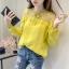 เสื้อลูกไม้ คอกลมผูกโบว์ แขนยาว สไตล์พร็อพ แต่งลายลูกไม้บางๆ ช่วงหน้าอกและต้นแขน มี 3สีคือ ขาว เหลืองและชมพูค่ะ thumbnail 2