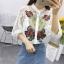 เสื้อลูกไม้ฉลุทั้งตัว คอกลมผ่าหน้าติดกระดุมแขนยาว ปักลายดอกไม้สีแดงที่หน้าอก มี 4สีค่ะ thumbnail 2