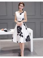 ชุดเดรสสวยๆ ผ้าคอตตอนผสมแขนกุด พื้นสีขาวพิมพ์ลายดอกกุหลาบสีดำ ยาวคลุมเข่า