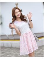 ชุดเดรสน่ารัก ตัวเสื้อผ้าลูกไม้ สีขาว คอปก ปลายแขนเสื้อ เย็บตัดด้วยผ้าลายตารางสีชมพู