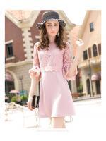 ชุดเดรสสวยๆ ตัวเสื้อผ้าลูกไม้สีชมพู แขนยาวสี่ส่วน ปลายแขนเสื้อระบาย ทรงกระดิ่ง