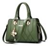 Pre-order ขายส่งกระเป๋าผู้หญิงถือและสะพายข้าง แต่งลายเรขาคณิต *แถมจี้ห้อย รหัส Yi-7002 สีเขียว
