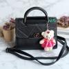 พร้อมส่ง KB-833 สีดำ กระเป๋าแฟชั่นเกาหลีแต่งลายเย็บ พร้อมน้องหมี Princess bear