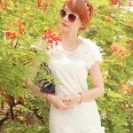 ชุดเดรสสั้น ชุดเดรสเจ้าหญิง ผ้าลูกไม้สีขาว ยืดหยุ่นได้ดี ไหล่บ่าล้ำ แต่งช่วงไหล่และชายกระโปรง ด้วยผ้าชีฟองรูปดอกไม้