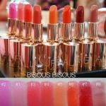 Bisous Bisous Allure of Baccarat Lipstick มาในแพกเกจดีไซน์ล้ำสุดหรูโทนสี Pink Gold ที่จะทำให้คุณเป็นที่จับตามองทุกครั้งที่หยิบขึ้นมาทา มีให้เลือก 8 สีสวยมากๆ