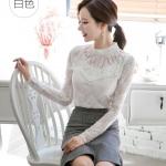 เสื้อสีขาว เสื้อผ้าลูกไม้สีขาวแขนยาว ช่วงคอเสื้อไหล่เป็นผ้ามุ้งซีทรู