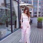 ชุดเดรสยาว สีชมพู ตัวเสื้อเป็นแถบผ้ายืดมีลายในตัว เย็บไขว้กันตามแบบ