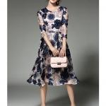 ชุดเดรสสวยๆ ผ้าปักริบบิ้นเป็นรูปดอกไม้ โทนสีน้ำเงิน และสีชมพูกะปิ