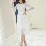ชุดเดรสสวยๆ ผ้าลูกไม้เนื้อดีมากๆ สีขาว แขนยาว ดีไซน์สวยที่ปลายแขนเสื้อ
