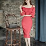 ชุดเดรสสีแดง ผ้าโพลีเอสเตอร์ผสม สายเดี่ยวที่ไหล่ด้านซ้าย ช่วงอกและต้นแขนอัดพลีต ทรงตรง