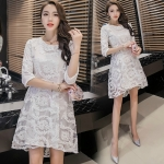 ชุดเดรสสวยๆ ตัวชุดผ้าโปร่งเนื้อละเอียด ตัวผ้าเดินเส้นผ้าริบบิ้นสีขาวโค้งหยักตามแบบ