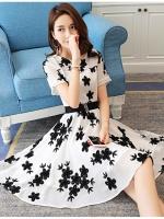 ชุดเดรสชีฟอง ผ้าเนื้อดีสีขาว ปักด้วยด้ายลายดอกไม้สีดำ งานปักสวยมากๆ แขนสั้น