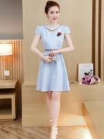ชุดเดรสสวยๆ ผ้าคอตตอนผสมสีฟ้า คอเสื้อแต่งด้วยผ้าแยกออกมาให้ดีไซน์เหมือนสร้อย แต่งมุกสีขาว