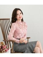 เสื้อสีชมพู เสื้อผ้าลูกไม้สีชมพูแขนยาว ช่วงคอเสื้อไหล่เป็นผ้ามุ้งซีทรู