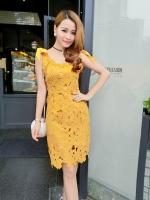 ชุดเดรสสวยๆ ผ้าถักรูปดอกไม้ สีเหลืองมัสตาร์ต เดรสทรงตรง เข้ารูปช่วงเอว