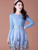 ชุดเดรสสุดหรู ตัวเสื้อผ้าถักลายดอกไม้ ผ้านิ่ม ยืดหยุ่นได้ดี สีฟ้า คอเสื้อประดับด้วยมุก สีฟ้า